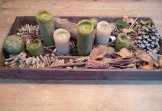 Mooi houten dienblad met zelfgevonden herfst spulletjes uit het bos. 6 stompkaarsen erin, gezellig!