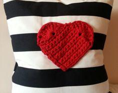 Pillow cover with crochet heart. Funda de cojin con aplique de corazón de trapillo.