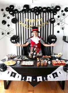まっくろくろすけのハロウィンパーティー演出 フォトブース モノトーン Halloween Trees, Halloween Party, Photo Booth, October, Birthday Parties, Cake, Kids, Crafts, Color