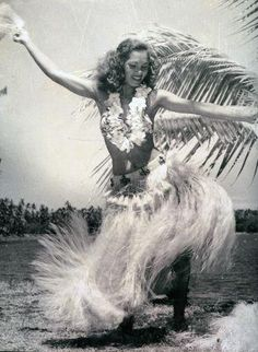 Vintage Tahitian Dancer - missing Hawaii Polynesian Dance, Polynesian Culture, Hawaii Vintage, Vintage Tiki, Vintage Hawaiian, Vintage Travel, Tahitian Dance, Foto Poster, Hula Dancers