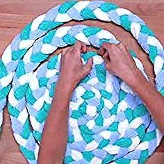 Fabriquer Un Tapis De Salle De Bain Original Avec Des Serviettes De Bain In 2020 Braided Rug Diy Diy Rug Old Towels