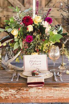 Centros de mesa para una boda en otoño en donde predomina el burgundy