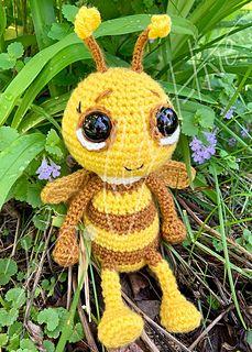 Crochet Bee Pattern - thefriendlyredfox.com | 320x229