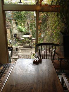京都造形大の目の前にある、オシャレなカフェ。素朴な木のテーブルと緑に癒されます。 オススメはケーキ。どれも美味しいですよ。