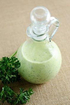 Peterselie Dressing. Een eenvoudig te maken dressing die uw salade wat kruidiger maakt. Heerlijke smaakmaker. Maak lekker veel en bewaar het in een potje op een koele plaats. Zo heb je een lekkere verse dressing op voorraad.