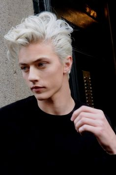 Lucky Blue Smith (born June is an American model. Lucky got signed to NEXT Models by the age of He also formed a surf-rock band called The Atomics with his three older sisters, Starlie Cheyenne, Daisy Clementine & Pyper America. Hot Hair Colors, Ombre Hair Color, Blonde Color, Grey Ombre, White Blonde, Hairstyles Haircuts, Haircuts For Men, Trendy Hairstyles, Scene Hairstyles