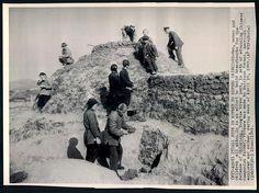 Press Photo 219 新闻老照片-国军雇佣劳力修筑工事,防止共军突破长江防线, 镇江 1949