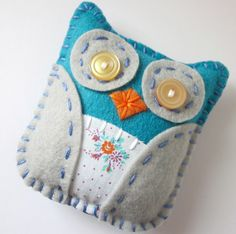 Cute little felt owl - lovely favours Felt Owls, Felt Birds, Felt Animals, Fabric Crafts, Sewing Crafts, Craft Projects, Sewing Projects, Owl Crafts, Felt Art