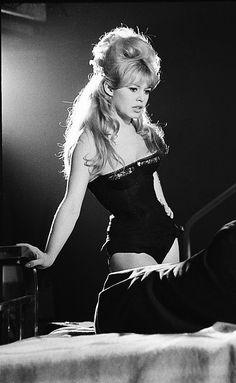 Brigitte Bardot on the set of La bride sur le cou, 1961.