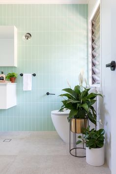 Bella Vie Interiors was engaged to reinvent an outdated family bathroom. Our client, Megan, desperately wanted her bathroom to be a spa-like retreat. Minimalist Kitchen, Minimalist Decor, Serene Bathroom, Bathroom Inspo, Master Bathroom, Bathroom Ideas, White Wall Tiles, Mid Century Bathroom, Large Baths