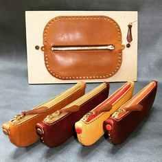 Discover recipes, home ideas, style inspiration and other ideas to try. Small Leather Bag, Leather Art, Sewing Leather, Small Leather Goods, Leather Wallet Pattern, Leather Pouch, Leather Tooling, Leather Purses, Crea Cuir