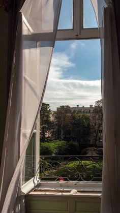 Fenster der Residenz des russischen Botschafters in Paris Foto: C. Of Wallpaper, Screen Wallpaper, Wallpaper Backgrounds, Sky Aesthetic, Aesthetic Rooms, Aesthetic Photo, Aesthetic Pastel Wallpaper, Aesthetic Wallpapers, Belle Villa