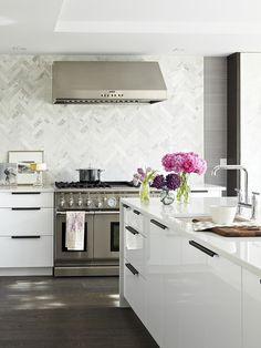 piso de madeira e parede revestida em peças de pedra em cozinha
