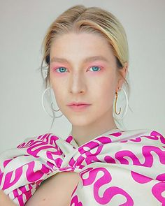 Spring Summer 2020 international runway saw whimsical eye makeup, shorter mane and the return of some retro inspiration. This new year to embrace the top makeup trends that vibe with your personality. Runway Makeup, Beauty Makeup, Eye Makeup, Hair Makeup, Makeup 101, Makeup Products, Beauty Products, Colored Mascara, Pink Mascara