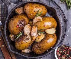 Cartofi fondanți sunt foarte ușor de făcut și absolut delicioși: la exterior bine rumeniți și crocanți, iar la interior moi și fragezi. Un deliciu! Romanian Food, Baked Potato, Fondant, Picnic, Potatoes, Cooking Recipes, Baking, Vegetables, Ethnic Recipes
