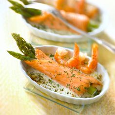 Rolls of smoked salmon with asparagus, shrimp sauce – Recipes – Shrimp Sauce Recipes, Salmon Recipes, Veggie Recipes, Seafood Recipes, Yummy Appetizers, Appetizer Recipes, Chefs, Tapas, Shrimp And Asparagus