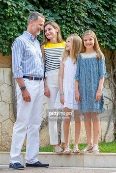King Felipe of Spain, Queen Letizia of Spain, Princess Leonor of Spain and Princess Sofia of Spain attend the summer photocall on July 31, 2017 in Palma de Mallorca, Spain. (Photo by Patrick van Katwijk/Getty Images)