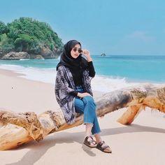 Hijab Look in Beach 😍 Hijab Fashion Summer, Modern Hijab Fashion, Street Hijab Fashion, Hijab Fashion Inspiration, Muslim Fashion, Beach Fashion, Travel Fashion, Trendy Fashion, Womens Fashion