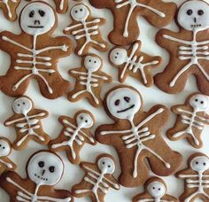 Gingerbread neednt be restricted to Christmas itll do just as well in Halloween! Total Bristol features these adorable little Gingerbread skeletons that look too good to eat! They also make great toppers for Halloween cupcakes. Halloween Desserts, Hallowen Food, Halloween Torte, Pasteles Halloween, Soirée Halloween, Halloween Goodies, Halloween Food For Party, Halloween Decorations, Halloween Cupcakes
