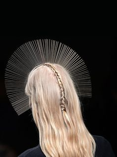 The detail, reminds me of a soft halo #Runway #HeadBand