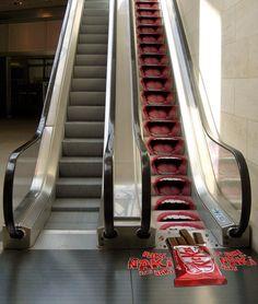 KitKat, adesivo na escada rolante #Megagraphic #comunicaçãoVisual