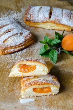 MARILLEN TOPFEN GERMTASCHEN (Aprikosen-Quark-Hefetaschen) // Homemade Apricot Pastries // Baking Barbarine // Ein schneller Germteig - der nicht gehen muss - gefüllt mit einer saftigen Topfencreme und süßen Marillen!