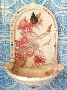 azulejos do museu da Casa de Rui Barbosa Botafogo Rio RJ - Este banheiro já existia na casa, quando Rui a comprou. Era usado pela família. Os azulejos são franceses, marca Choisy Leroy (século XIX). Louças e ferragens são de procedência inglesa, importadas por Amaral Guimarães & Cia. (século XX).Pesquisa Google