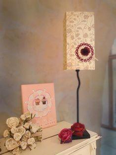 Fabriquer un Abat-jour : niveau 2  Réalisez un abat-jour en utilisant une feuille de papier de scrap et créez une ambiance douce et feutrée pour votre intérieur. Mandala, Creations, Scrap, Boutique, Home Decor, Lantern Candle Holders, Candles, Decoration Home, Room Decor