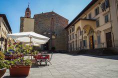 https://flic.kr/p/emgapn | Piazza della Badia | Arezzo no es una ciudad toscana muy conocida, pero en sus tiempos rivalizaba con Siena y con Florencia. Aquí un tranquilo rincón frente a la Badia delle Sante Flora e Lucilla.   --- Arezzo, Toscana (Italia).