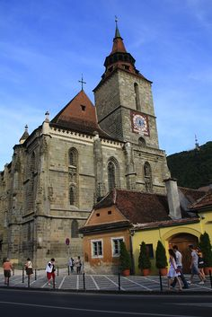 Brasov Romania, Bucharest Romania, Beautiful Buildings, Beautiful Places, Romania Travel, Old Country Churches, Black Church, Mountain Resort, Place Of Worship