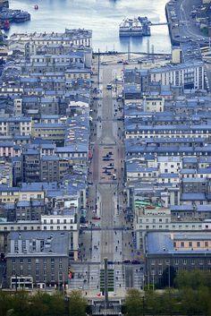 Vue aérienne de la ville de Brest avec en arrière plan la rade