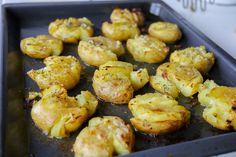 """Kraschad potatis är ett fantastiskt gott tillbehör till maten. Det är precis som det låter, potatis som """"kraschas"""", penslas med vitlökssmör och bakas krispiga och gyllene. Smarrigt! 4 portioner kraschad potatis i ugn 12 st potatisar 100 g smör (1 dl olivolja funkar också bra) 2 vitlöksklyftor 1 msk torkad eller färsk rosmarin Salt & peppar Gör såhär: Koka potatisarna mjuka med skal, låt rinna av. Värm ugnen till 200°. Smält smöret och blanda med pressad vitlök, salt och peppar. Lägg ... Side Recipes, Baby Food Recipes, Cooking Recipes, Food Baby, Going Vegetarian, Vegetarian Recipes, Zeina, Vegan Side Dishes, Swedish Recipes"""