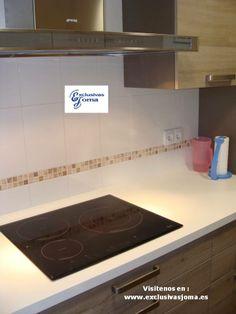 Muebles de cocina en color madera roble imperial y encimera de silestone blanco Zeus. Electrodomésticos de Smeg. mas info en : www.exclusivasjoma.es