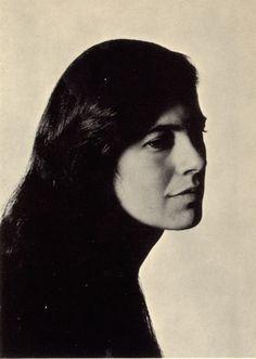 Susan Sontag fue una novelista y ensayista estadounidense. Aunque se dedicó principalmente a su carrera literaria y ensayística, también ejerció la docencia y dirigió películas y obras teatrales