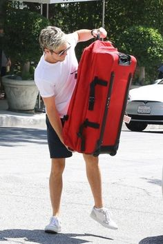 UPDATE    Niall leaving a hotel in WeHo yesterday! 31.08.16