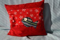 Vánoční+povlak+na+polštář+...Červený+s+kaprem+3+34*32+cm.+Povlak+ušitý+převážně+z+nových+látek,+pouze+červená+s+hvězdičkami+je+recyklo...+Krásný,+jednoduché+povlékání.+Sytě+červený+:D+Veselý,+s+kapříkem+(knoflíček+je+recyklo).+Celkem+jsou+k+dostání+3+podobné+kusy+do+série+nebo+zvlášť?...+:)