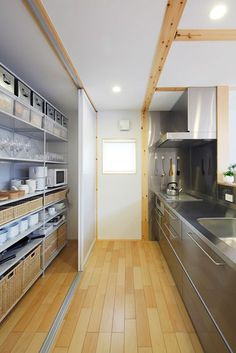 Architecture projects in Japan, along with Japanese houses, masses constructions and locations. Kitchen Dinning, Kitchen Pantry, New Kitchen, Kitchen Decor, Kitchen Cooler, Japanese Kitchen, Japanese House, Casa Muji, Muji Home