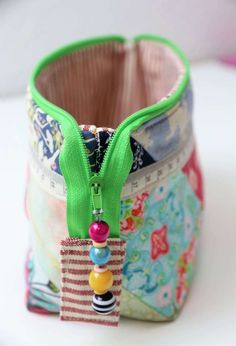 Little bag, sewing tutorials, sewing projects, sewing crafts, sewing patter Diy And Crafts Sewing, Crafts For Girls, Crafts To Sell, Fabric Crafts, Sewing Tutorials, Sewing Hacks, Sewing Projects, Sewing Patterns, Patchwork Bags
