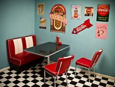 Retro Dining Rooms: Take a look at this dazzling dining room lighting with an amazing dining room decor Vintage Diner, Retro Diner, Table Vintage, Vintage Kitchen, Retro Table, 1950s Diner Kitchen, Retro Kitchens, French Vintage, Retro Dining Rooms