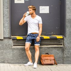 How to Wear Shorts For Men looks & outfits) Outfits Hombre, New Outfits, Best Shorts For Men, Stylish Men, Men Casual, Classy Casual, Short Bleu, Look Man, Men Stuff