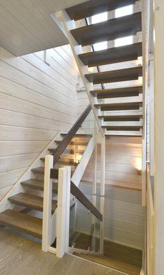 Lappiporras TC1 Lepotasolliset portaat päällekäin.  Portaassa Timber Clamps lasikaiteet. Askelmat ja käsijohteet ruskeaksi petsatut, muut varusteet valkoiseksi maalattu. Stairs, Home Decor, Ladders, Homemade Home Decor, Stairway, Staircases, Decoration Home, Stairways, Interior Decorating