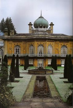 a-l-ancien-regime: Sezincote House in Gloucestershire The onion dome so prevalent in Indian design made its way into British architecture English Manor Houses, English House, British Architecture, Amazing Architecture, Mughal Architecture, Beautiful Homes, Beautiful Places, Construction, Historic Homes