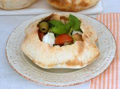 Insalata nei palloncini di pane: un modo insolito e molto bello di servire un'insalata, magari per un'occasione speciale.