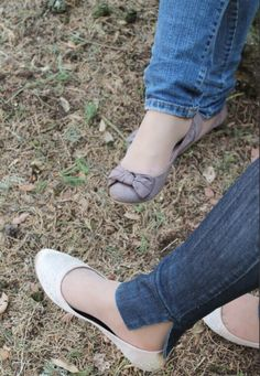 Love flats, feet and pantyhose Ballet Flats Outfit, Ballerina Shoes, Ballerinas, Foot Toe, Cute Flats, Slip On, Footwear, Pumps, Sneakers