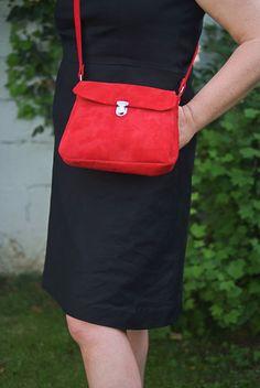 sac à main rouge en daim fait main Self Promo, Handmade Leather, Leather Handbags, Love Fashion, Messenger Bag, Handmade Items, Goodies, Satchel, Gift Ideas