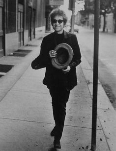 ♡♥Bob smiles with hat in hand - click on pic to see 88 large size pics of 'When Bob Dylan smiles'♥♡