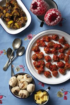 Boerewors-frikkadelle met tamatie-sous | SARIE | Boerewors meatballs with tomato sauce South African Recipes, Ethnic Recipes, Kos, Biltong, Light Recipes, Finger Foods, New Recipes, Food And Drink, Appetizers