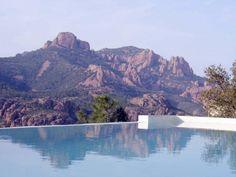 ANTHEOR, vue mer, dans un domaine privé et fermé, villa contemporaine de 6 pièces sur terrain de 2400 m², piscine à débordement, garage, belles prestations.
