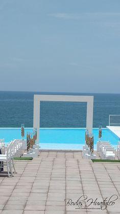 Este hermoso gazebo minimalista le dará un toque elegante a tu boda en playa. Bodas Huatulco. Sea Soul Beach Club.