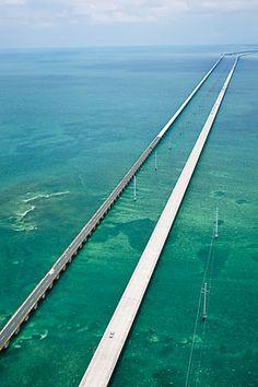 Situés à l'extrême sud de la Floride, les Keys forment un archipel d'îlots de corail, que l'on survole en voiture sur une route panoramique étonnante conduisant de Key Largo à Key West, sur 110 miles et 42 ponts ! Le pont Seven Mile Bridge s'élève sur 11 kilomètres au-dessus du bleu profond du Golfe du Mexique. On a l'impression de voler sur l'eau : impressionnant ! Route de Key